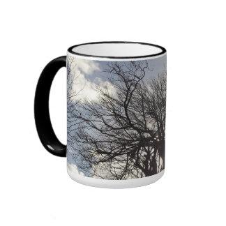 Árboles del invierno a lo largo de un carril taza de dos colores