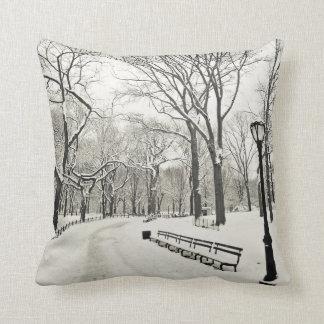 Árboles del invierno cubiertos en nieve cojin