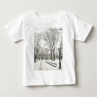 Árboles del invierno cubiertos en nieve playera