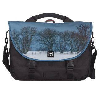 Árboles del invierno en nieve bolsa de ordenador