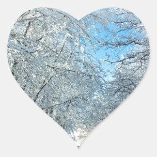 Árboles del invierno Nevado Pegatina En Forma De Corazón