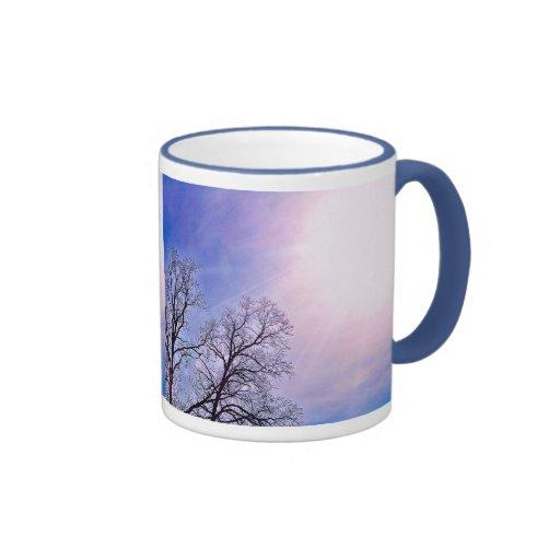 Árboles del invierno y un arte estacional frío de  tazas de café
