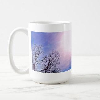 Árboles del invierno y un arte estacional frío de taza clásica