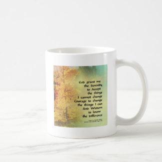 Árboles del otoño del rezo de la serenidad en el taza clásica
