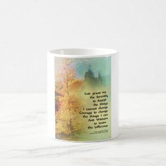 Árboles del otoño del rezo de la serenidad en taza