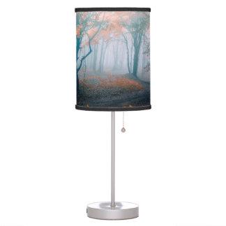 Árboles del otoño en pantalla de maderas lámpara de mesa
