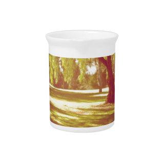 Árboles en el prado jarra