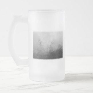 Árboles en niebla. Blanco y negro. Taza De Cristal