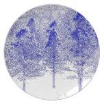 Árboles en placa de la nieve plato