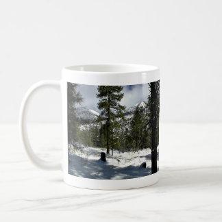 Árboles imperecederos en un paisaje nevoso taza de café