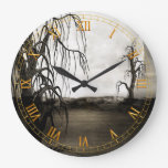 Árboles muertos con el reloj de pared de la Luna L