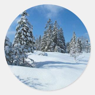 Árboles nevados, escena del invierno pegatina redonda