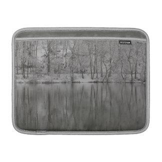 árboles nevados reflejados por el río funda para macbook air