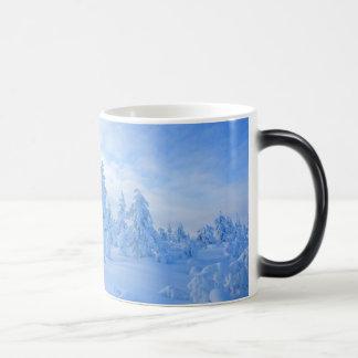 árboles nevosos en Laponia en Finlandia Tazas De Café
