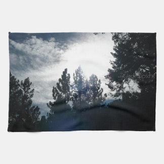 Árboles oscuros cielo ligero toallas de mano