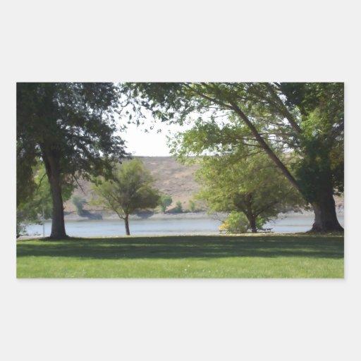 Árboles por el lago con el césped pegatina rectangular