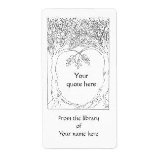 Árboles que crecen junto la placa de libro etiquetas de envío