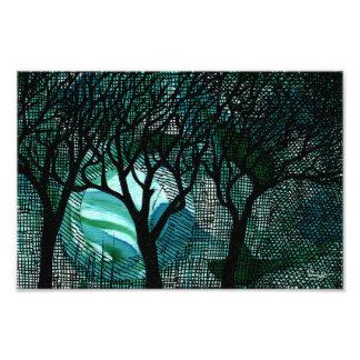 Árboles tramados tallados y cruzados de la mano en fotografía