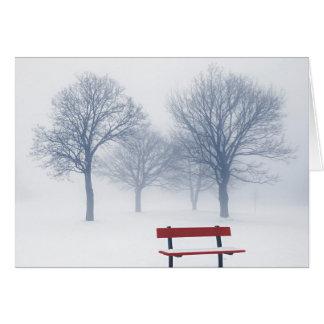 Árboles y banco del invierno en niebla tarjeta pequeña