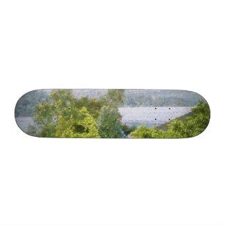 "Árboles y casas que pasan por alto un lago patineta 7 1/4"""