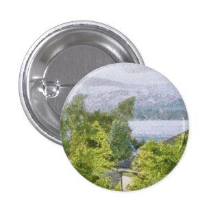 Árboles y casas que pasan por alto un lago pin redondo de 1 pulgada