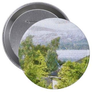 Árboles y casas que pasan por alto un lago pin redondo de 4 pulgadas