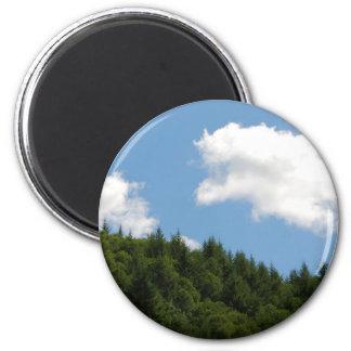 Árboles y cielo azul imán redondo 5 cm