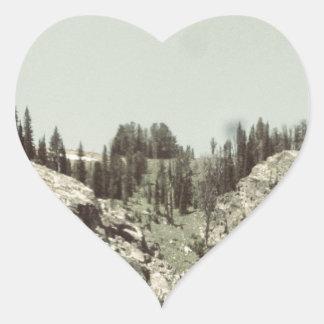 Árboles y colinas pegatina en forma de corazón