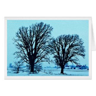 Árboles y granja en el crepúsculo con nieve felicitación