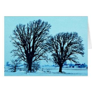 Árboles y granja en el crepúsculo con nieve tarjeton