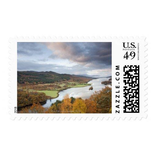 Árboles y lago Faskally, Pitlochry del otoño