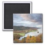 Árboles y lago Faskally, Pitlochry del otoño Imanes De Nevera