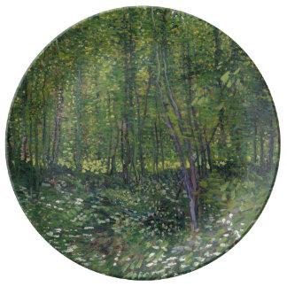 Árboles y maleza de Vincent van Gogh Plato De Cerámica