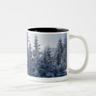 Árboles y montañas nevados tazas de café