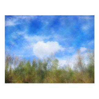 Árboles y nubes de la carretera postal