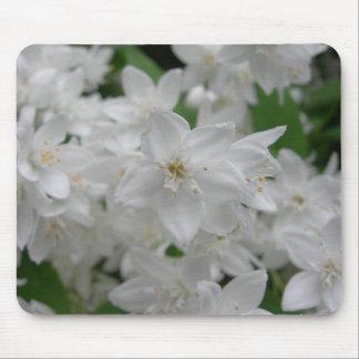 Arbusto floreciente blanco tapetes de ratón