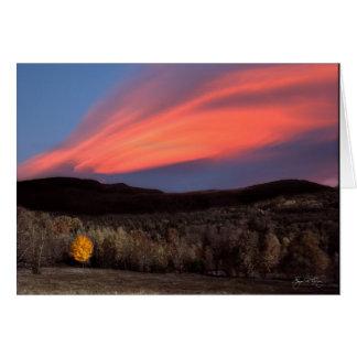 Arce ardiendo en la puesta del sol felicitaciones