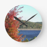 Arce rojo del otoño, punta de flecha azul del lago relojes