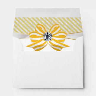 Arco amarillo con el pedazo de centro del diamante