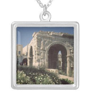Arco de cuatro terminales de Marco Aurelius y de L Colgante Cuadrado