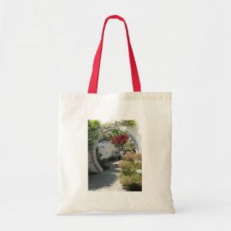 Arco de la casa de los bonsais en el arboreto del  bolsas de mano