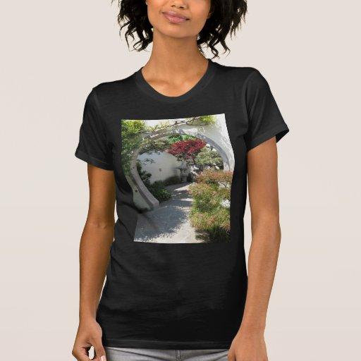 Arco de la casa de los bonsais en el arboreto del t-shirts