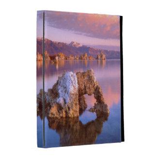 Arco de la toba volcánica en el mono lago