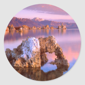 Arco de la toba volcánica en el mono lago pegatina redonda