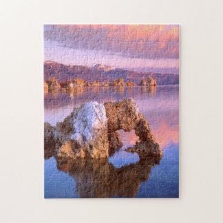 Arco de la toba volcánica en el mono lago puzzle