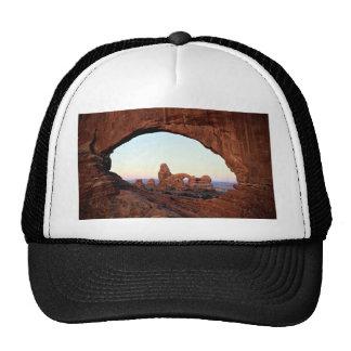 Arco de la torrecilla a través de la ventana, parq gorras de camionero