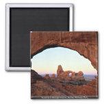 Arco de la torrecilla a través de la ventana, parq iman de frigorífico