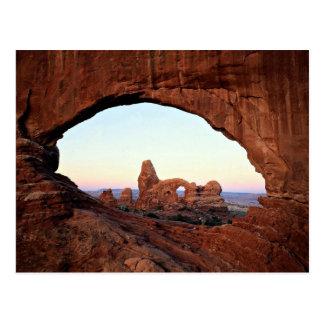 Arco de la torrecilla a través de la ventana, parq tarjeta postal