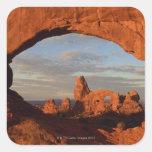 Arco de la torrecilla visto a través de la ventana calcomanías cuadradass personalizadas
