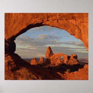 Arco de la torrecilla visto a través de la ventana póster